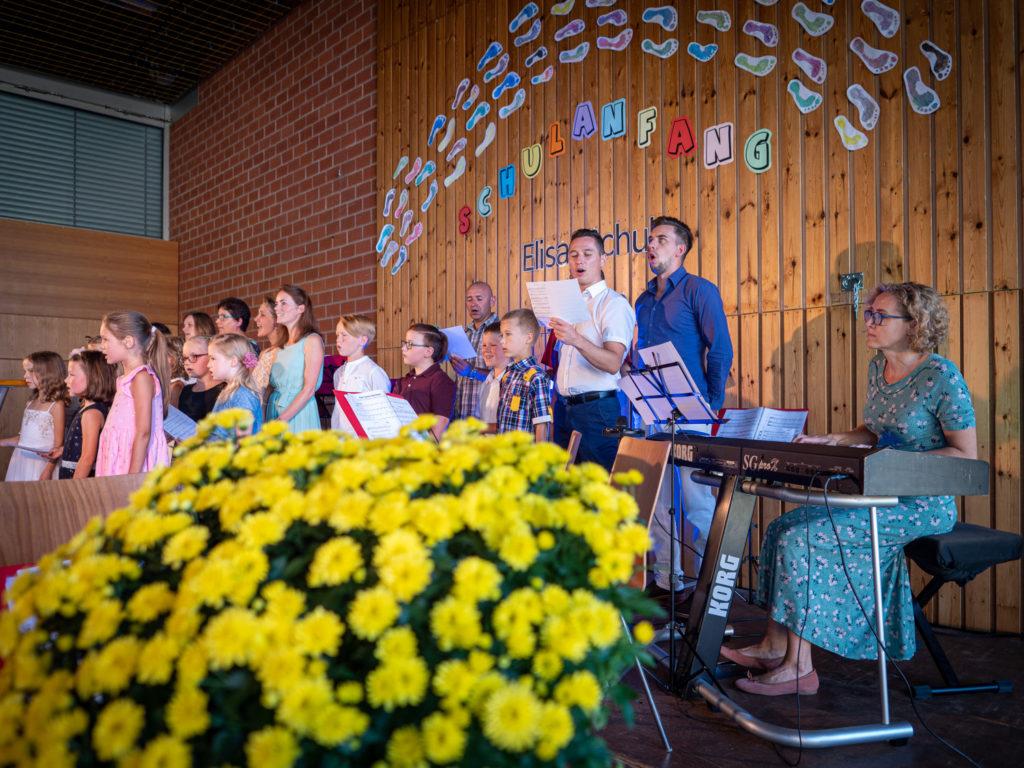 Gesangliche Unterstützung durch Eltern und Lehrer